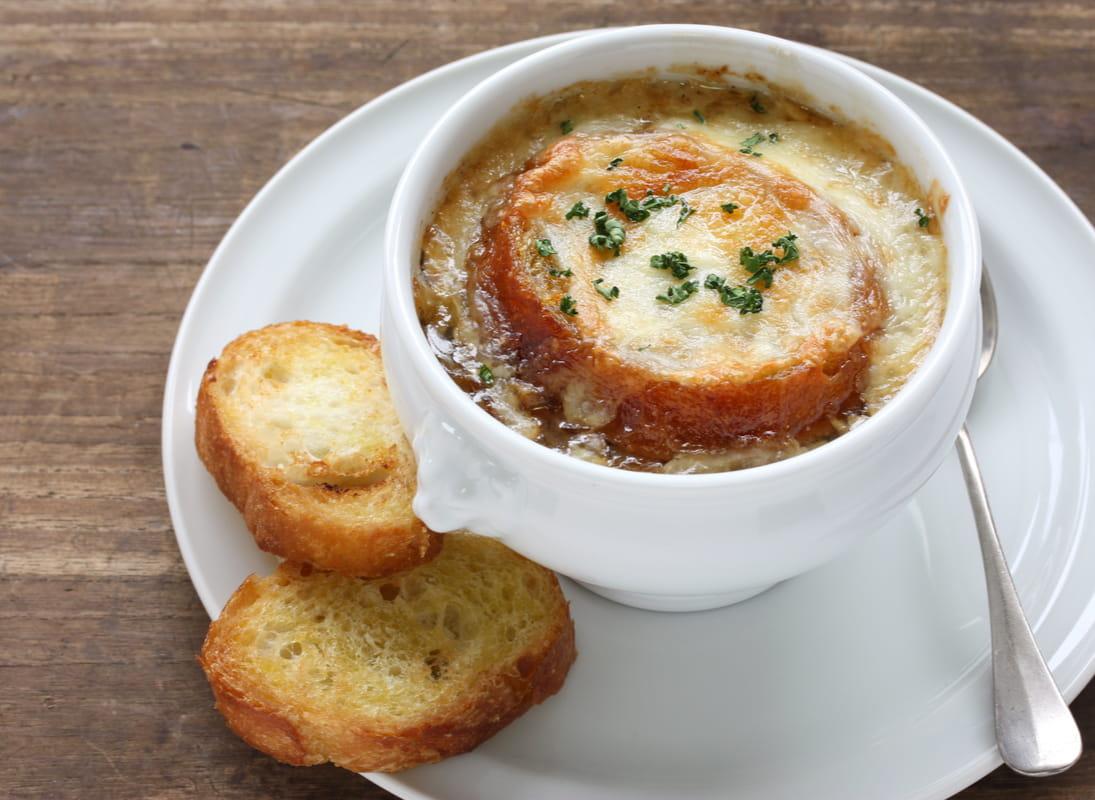 Sopa de cebolla gratinada con queso